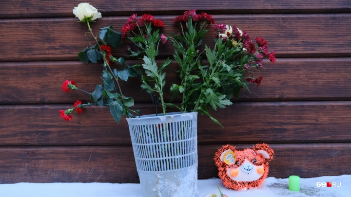 К пермскому отелю «Карамель», где погибли пять человек, несут игрушки и цветы