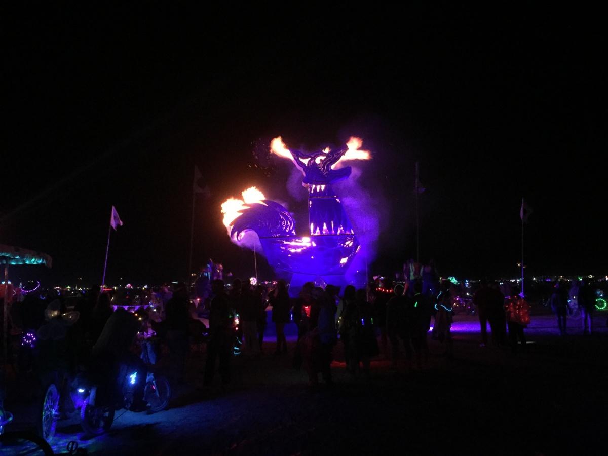 Огромный петух, огонь в котором нужно раздувать вручную