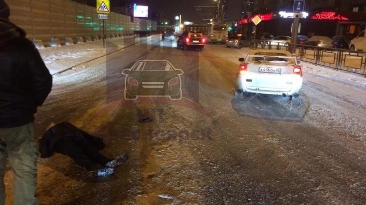 Пешеход нырнул ласточкой под проезжающую машину