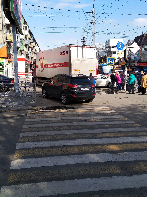 Стоит на тротуаре и мешает пешеходам