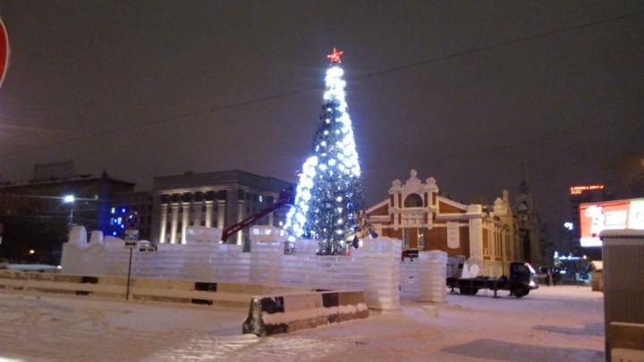 На площади Ленина начали разбирать главную городскую ёлку