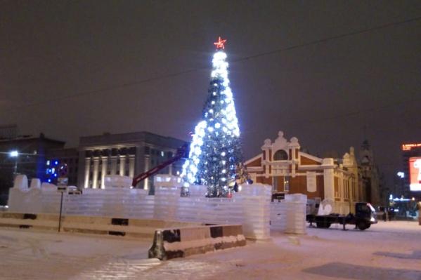 Ёлка появилась на площади Ленина в начале декабря