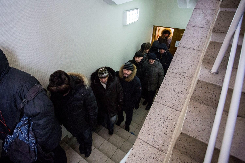 Очередь на Коммунистической растянулась от касс через лестницу на второй этаж и вышла на улицу — автомобилисты стояли, несмотря на 25-градусный мороз