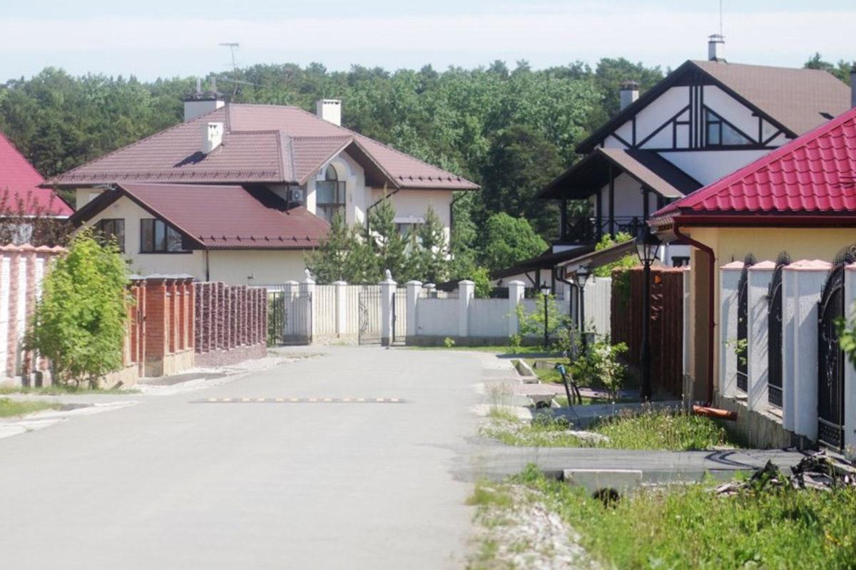 В поселке «Бобры» все дороги асфальтированы, установлены «лежачие полицейские»