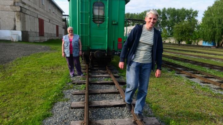 Как две сестры 30 лет возят письма и еду в вымирающие поселки Урала: репортаж из почтового вагона