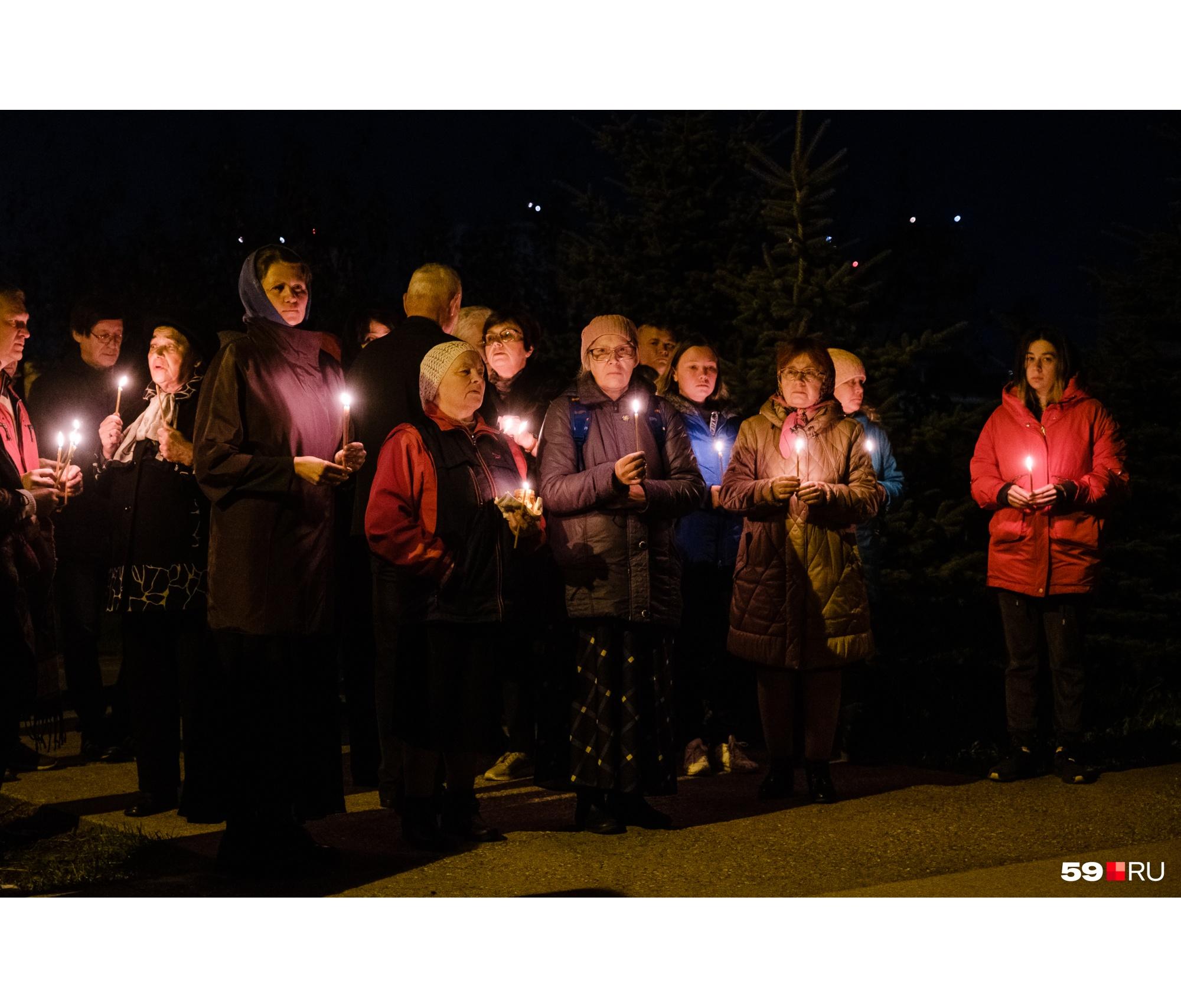 Люди зажгли свечи в память о тех, кто погиб