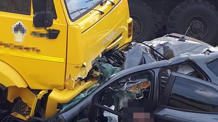 Смертельная авария на трассе в Башкирии:грузовик протаранил легковушку