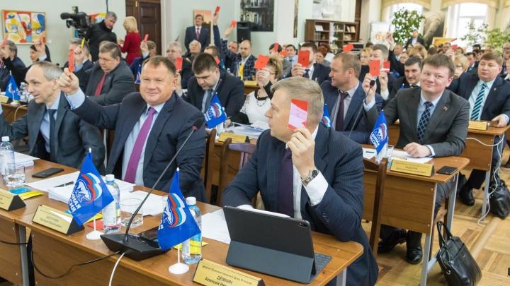 Сидят за партами, голосуют цветными бумажками: фоторепортаж с необычного заседания Пермской думы