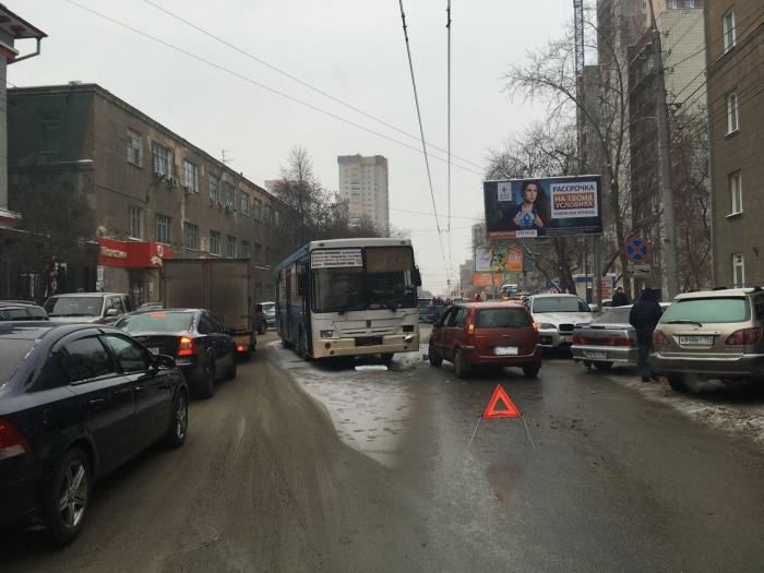 Автобус и иномарка столкнулись напротив НИИТО