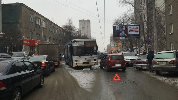 Авария с автобусом и «Фордом» на Фрунзе собрала большую пробку напротив НИИТО