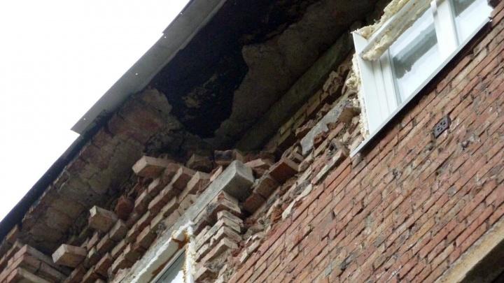 Омичам из 5-этажки с обвалившейся стеной предложили временное жилье