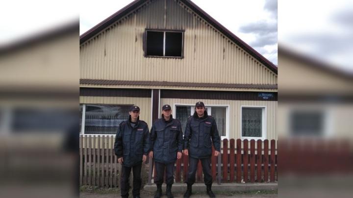 Из горящего дома росгвардейцы спасли двух напуганных людей