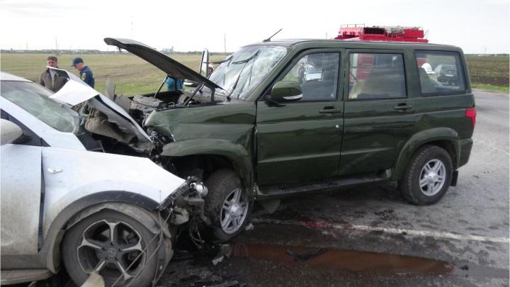 На трассе «Иртыш» в Зауралье автомобиль KIA врезался в большегруз и УАЗ. Есть погибшие