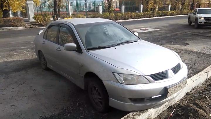 Mitsubishi завелся на автопрогреве и поехал. От аварии его спас только бордюр
