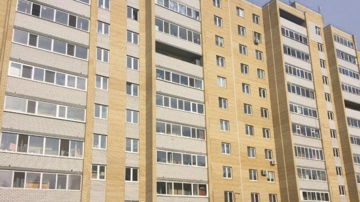На Судостроителей из окна многоэтажки выпала молодая девушка