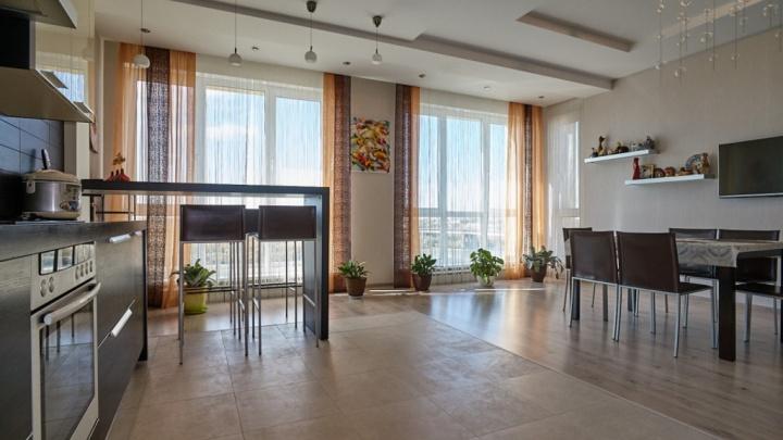 В Омске продают трёхэтажную квартиру с видом на набережную Иртыша