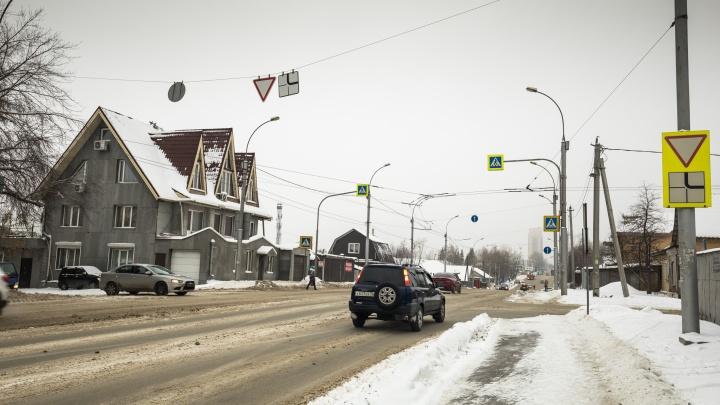 Самый глупый перекрёсток: на магистральной улице стоит внезапный знак «Уступи дорогу». Многие бьются