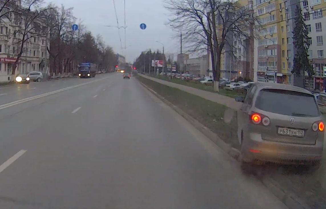 Машина неожиданно вылезла перед маршруткой, после чего выехала на тротуар