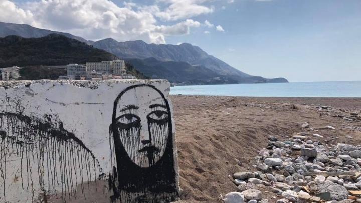 Пермский художник Sad Face нарисовал грустное лицо на крепости в Черногории