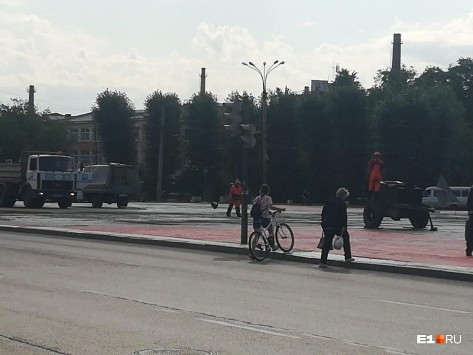 Собирались сделать пешеходную дорожку, которая была разбита