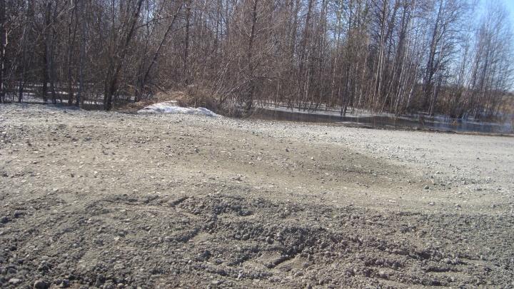 Яму на дороге в Тару засыпали 40 тоннами щебня