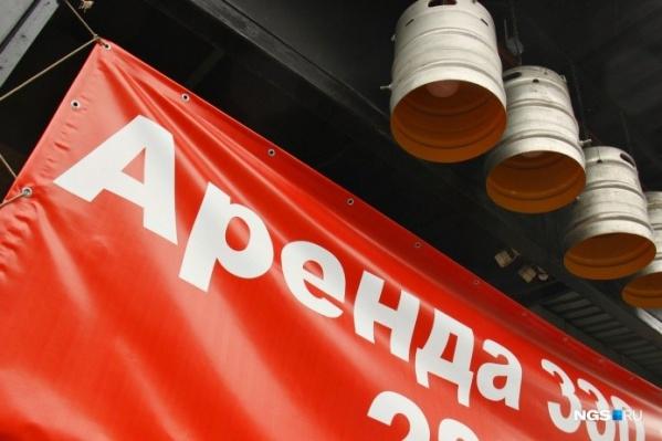 В этом году над подвалом на Ленина, 12 успели повисеть уже три вывески. А теперь висит объявление об аренде