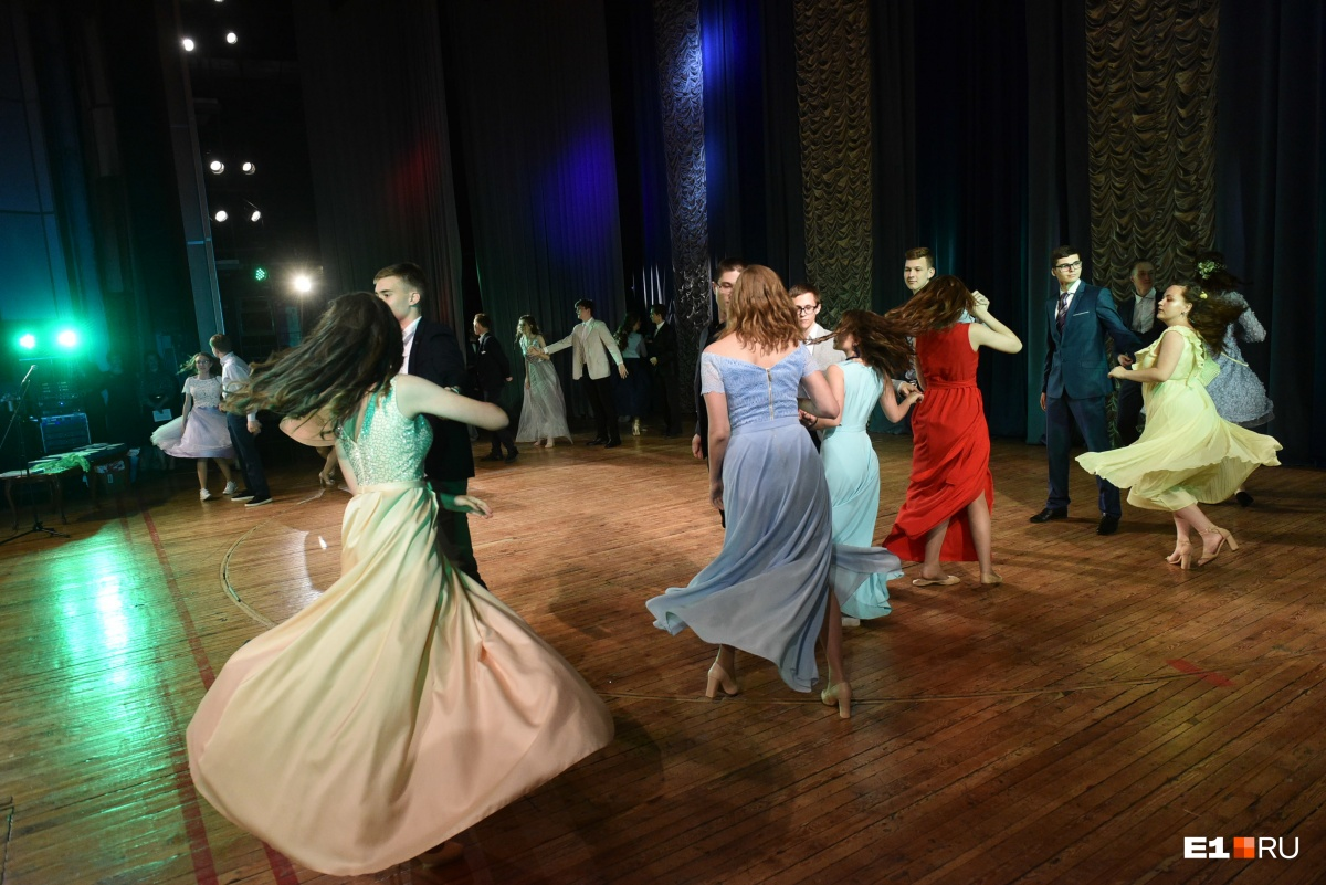 Лицеисты сами ведут свой выпускной, поют и танцуют.Все танцы они разучивали вместе с профессиональным хореографом
