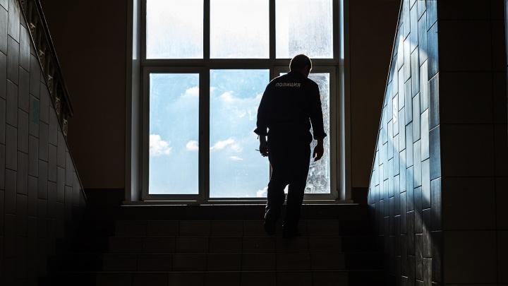 Полицейского уволили и отдали под суд за избиение задержанного в наручниках
