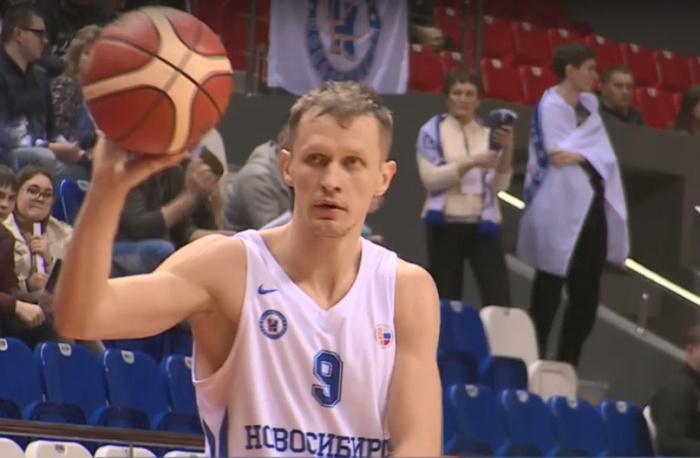 Разыгрывающий БК «Новосибирск» Сергей Токарев сравнял с «Иркутом» счёт в третьем тайме