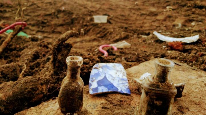 «Раскопали черепки от посуды и кости»: в центре во время благоустройства из земли посыпались находки