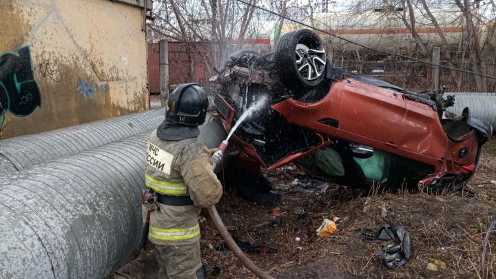 Жесткое ДТП на 50 лет ВЛКСМ: водитель Land Rover собрал восемь машин и врезался в теплотрассу
