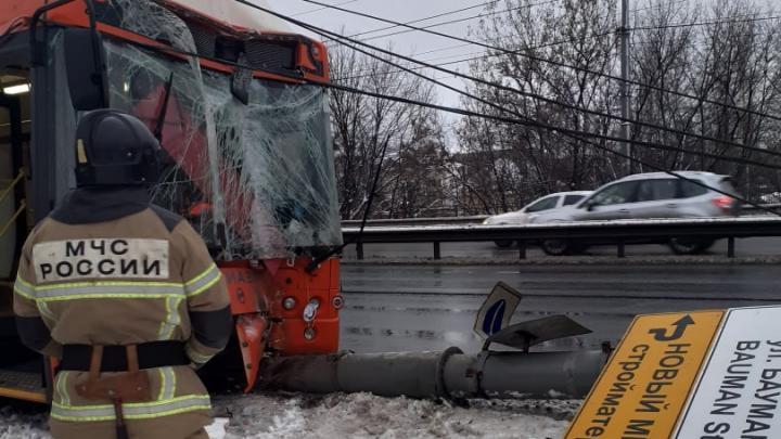 В Нижнем Новгороде автобус снёс столб рядом с автозаправкой