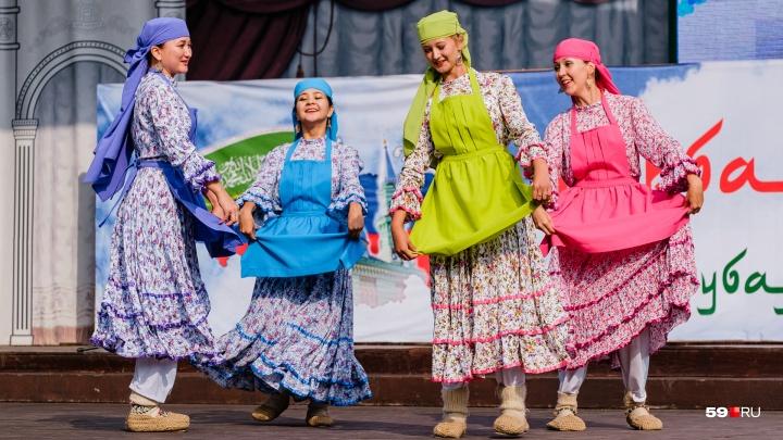 Чак-чак и танцы: фоторепортаж с праздника Курбан-байрам в парке Горького