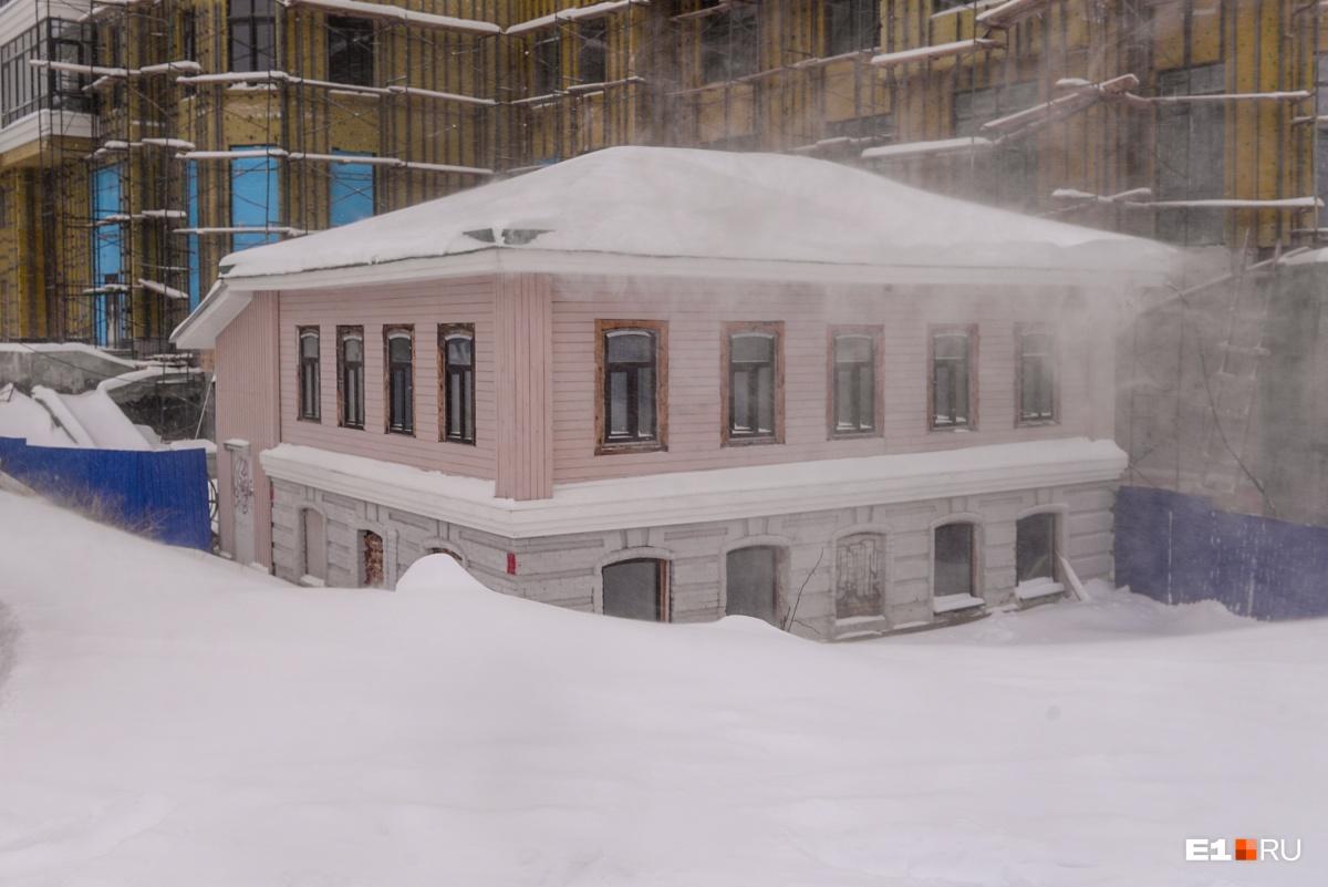 Маленький домик засыпало снегом
