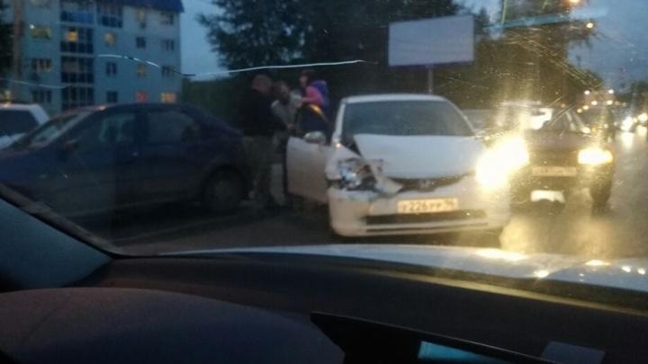 """""""Машина влетела в бордюр и сильно помялась"""": на Уктусе из-за аварии скопилась пробка"""