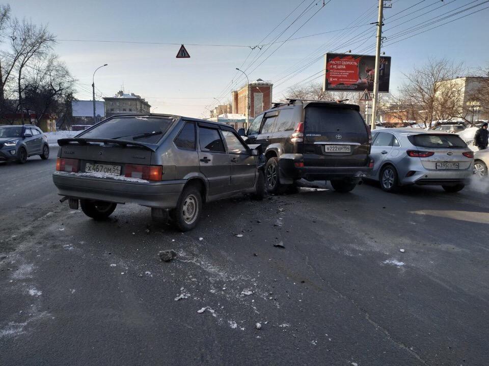 Очевидцы отмечают, что перед происшествием «Тойота» собиралась развернуться