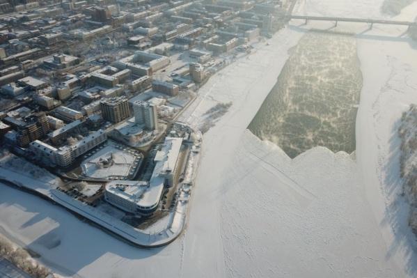 Если в прошлые годы промоина была у берега, то сейчас Иртыш у Ленинградского моста не замерзает вообще