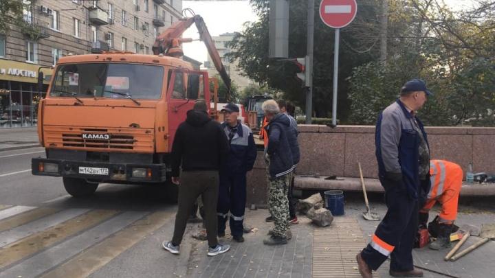 В Волгограде ломами и стяжками собрали гранитные постаменты на проспекте Ленина