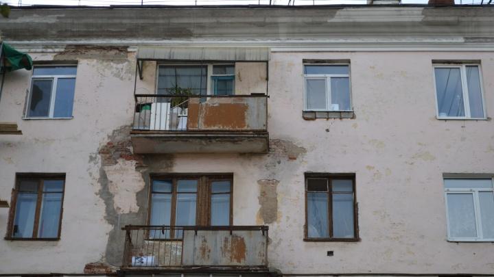 На Комсомольском проспекте начали укреплять стены дома с трещинами