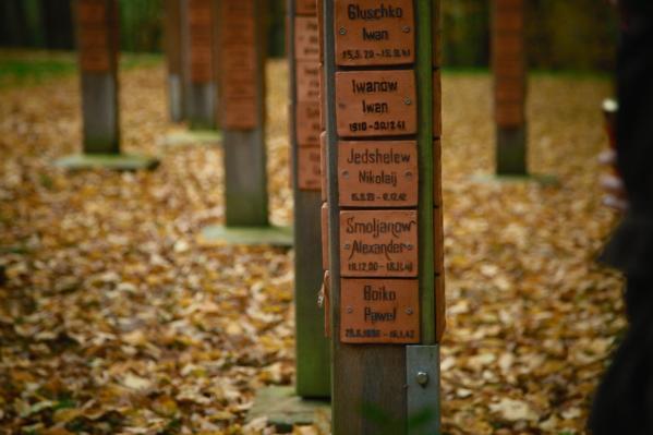 В картине рассказана реальная история человека, который обнаружил в Германии захоронение деда, ушедшего на войну и погибшего в концлагере для военнопленных<br>