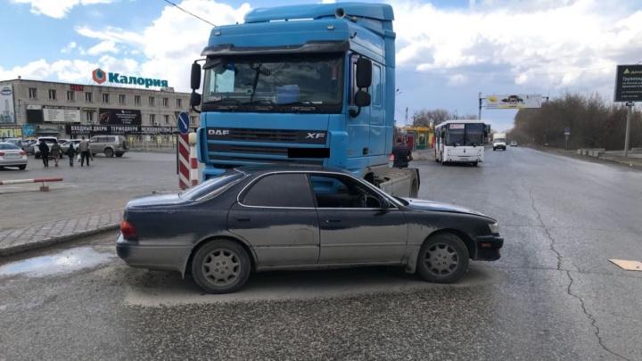 Грузовик протаранил «Тойоту» в Ленинском районе