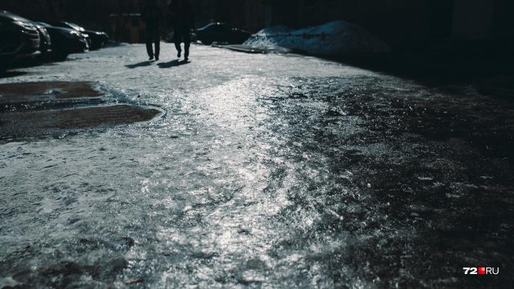 Осторожно, гололёд! В Тюмени в выходные сотни человек пострадали на скользких улицах