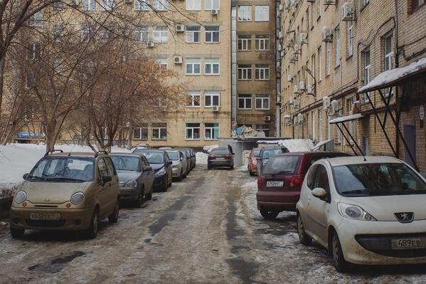 Один из законов дворов: не ставить машину там, где падают сосульки. В ПДД этого нет, но несогласных научит жизнь