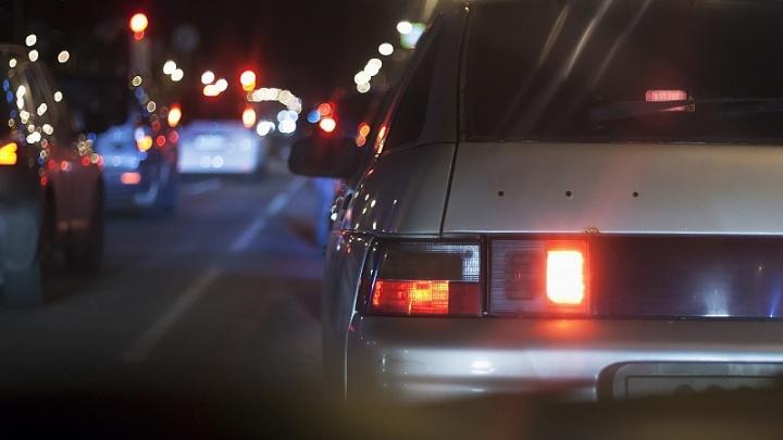 «Экономят лампочки?»: на сложном перекрёстке в Челябинске смонтировали фонари, но свет не включили