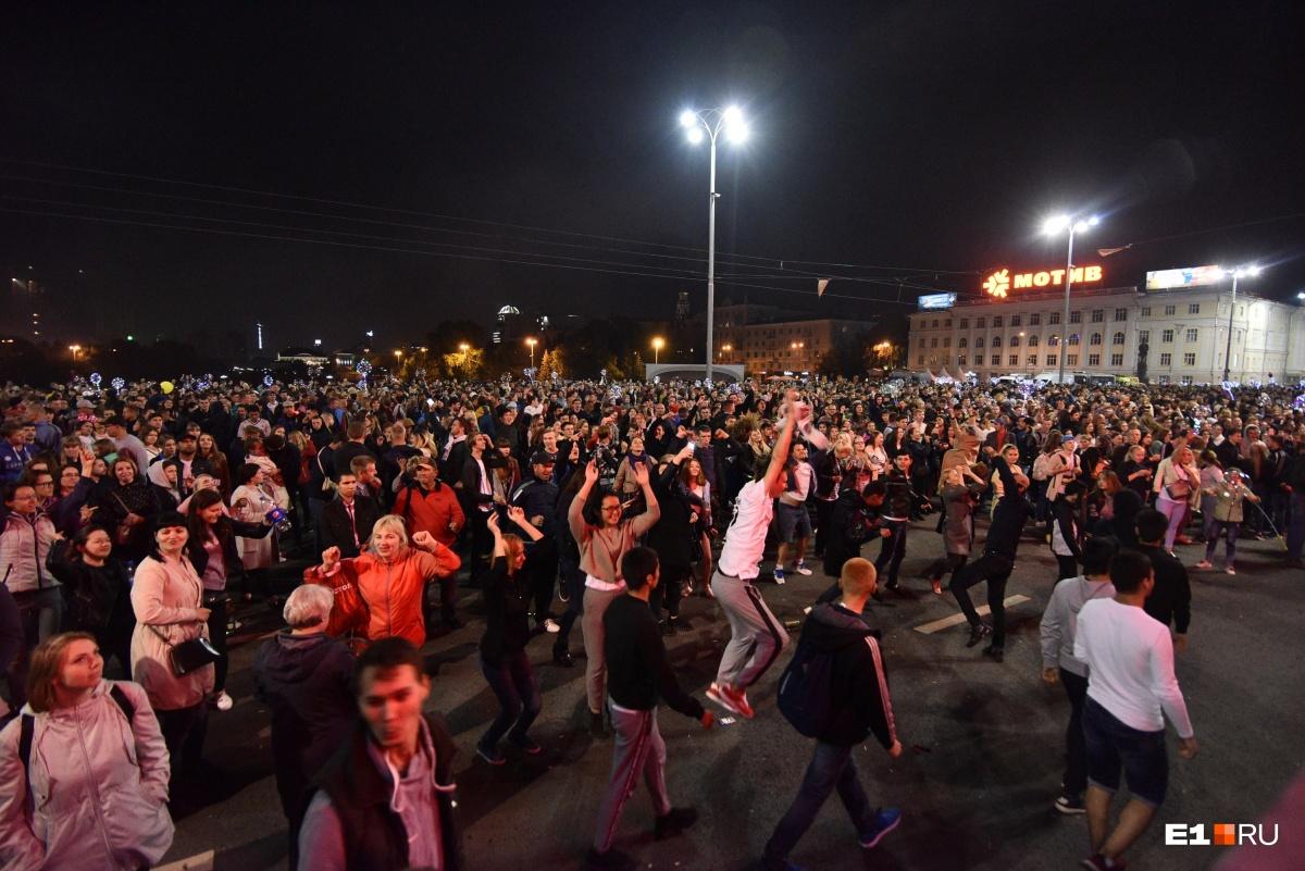Люди танцевали прямо на Плотинке
