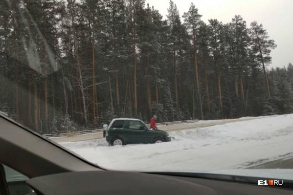 Некоторые машины, по словам очевидцев, выкидывало с дороги из-за колеи