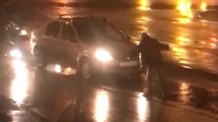 «Ему проехали по голове»: на Баумана очевидцы сняли на видео гибель нетрезвого пешехода