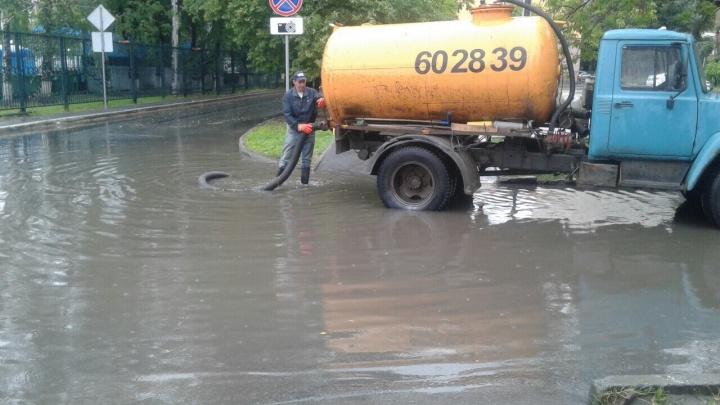 Тюмень утонула в лужах: публикуем кадры затопленных улиц и дворов и рассказываем, куда жаловаться