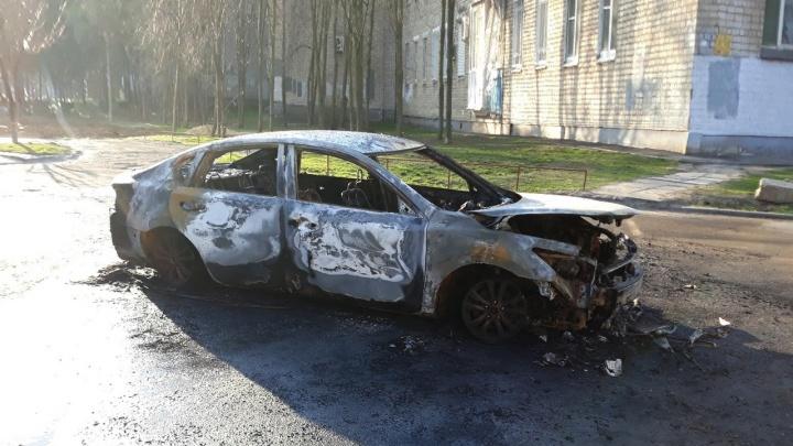 «Инфинити» и грузовик: в Ростовской области за ночь сгорели два автомобиля
