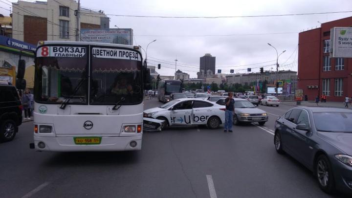 Такси врезалось в автобус с пассажирами в центре Новосибирска